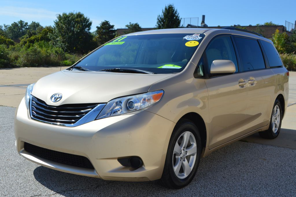 2011 TOYOTA SIENNA LE for sale in Eastlake, Ohio