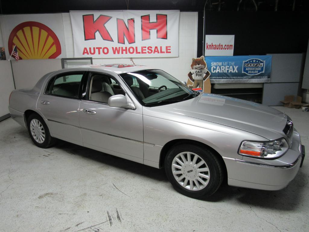 2005 LINCOLN TOWN CAR SIGNATURE LIMITED for sale at KNH Auto Sales